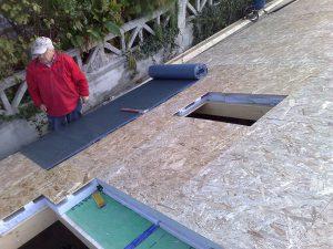 Posa dei pannelli per il tetto ventilato